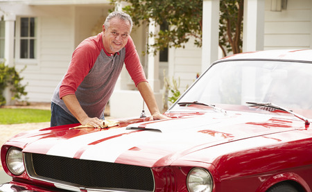 Gepensioneerde senior man Cleaning Hersteld Classic Car