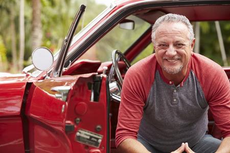 Hưu Senior Man Ngồi Trong phục hồi Classic Car