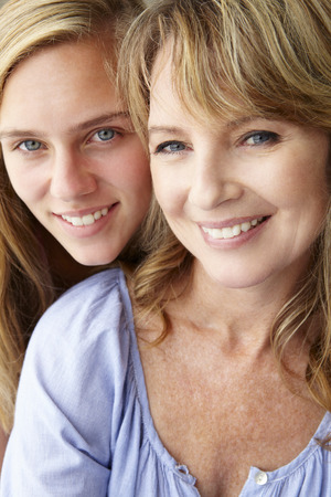 jeune fille adolescente: Mère avec sa fille adolescente