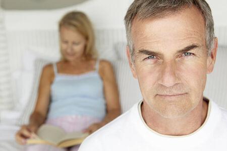 Mediados de pares de la edad en el dormitorio
