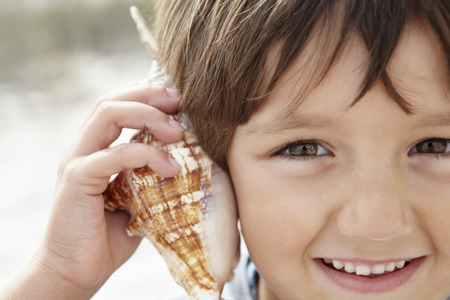 Young boy with seashell Banque d'images
