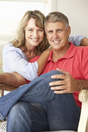 matrimonio feliz: Pareja de edad media en el hogar