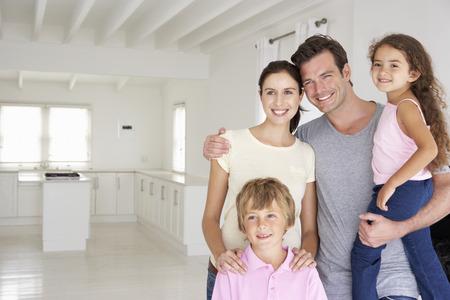 abrazar familia: Familia en nueva casa Foto de archivo