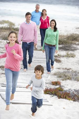 Familie zu Fuß durch das Meer Standard-Bild - 33557122