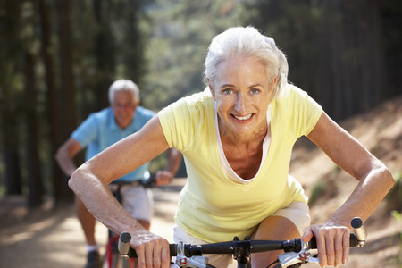 andando en bicicleta: Matrimonios de edad en el paseo en bicicleta país