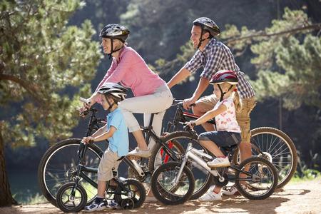 niños en bicicleta: Familia joven en bicicleta de paseo país