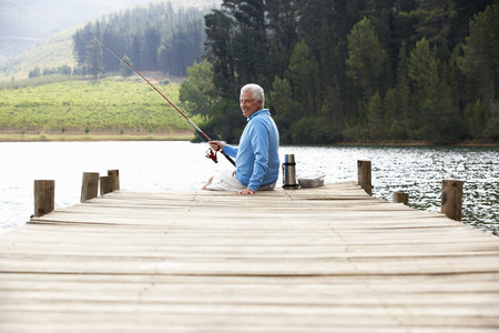 man fishing: Superior hombre pesca en el embarcadero