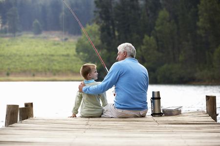 孫と一緒に釣りに年配の男性