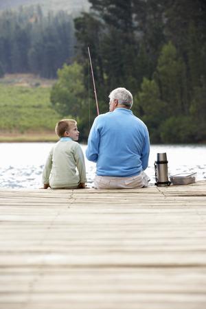 Senior Mann angeln mit Enkel Standard-Bild - 33553157