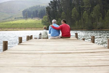 pescando: Padre, hijo y abuelo de pesca