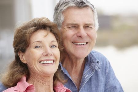 Senior paar met kop en schouders