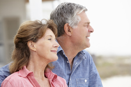 Senior paar buitenshuis met kop en schouders
