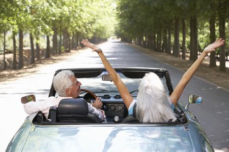 hombre conduciendo: Senior pareja en el coche de los deportes