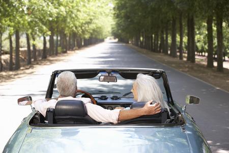 manejando: Senior pareja en el coche de los deportes