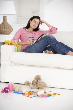agotado: Madre agotada disfrutando de un descanso