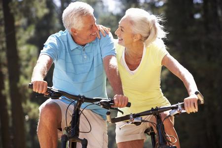 motion: Äldre par på land cykeltur