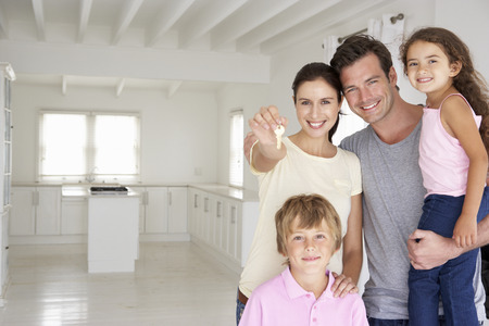 people  camera: Familia en nueva casa Foto de archivo