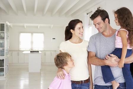 Familie im neuen Haus Standard-Bild - 33556931