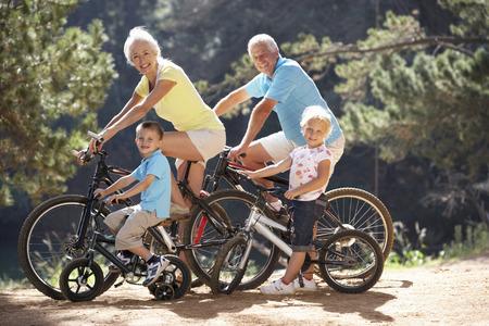 国の自転車に孫を持つシニア カップル乗り