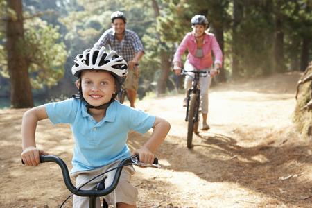 Jonge familie van het land fietstocht Stockfoto