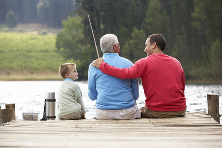 아버지, 아들과 할아버지 낚시