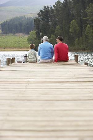 Vader, zoon en grootvader vissen Stockfoto