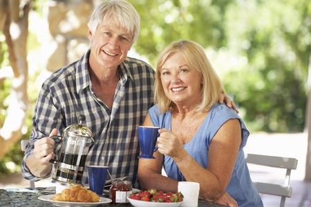 pareja comiendo: Desayuno mayor par comer al aire libre