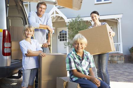 Maison de famille qui se déplacent Banque d'images - 33569907