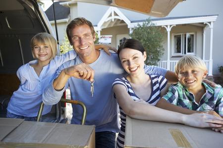 Maison de famille qui se déplacent Banque d'images - 33569993