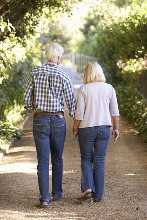 Senior paar op landelijke wandeling Stockfoto - 33570237