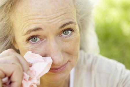 ojos llorando: Mujer mayor con la fiebre del heno