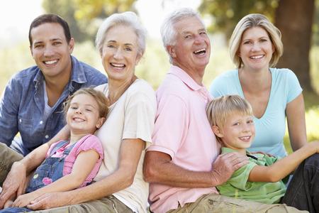 abrazar familia: Familia de tres generaciones en el pa�s
