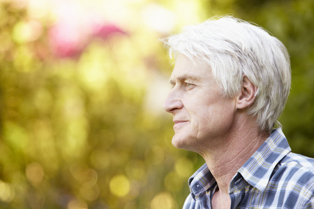 hombres maduros: Hombre mayor en jard�n