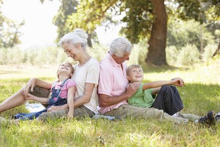 Grootouders met kleinkinderen in het land