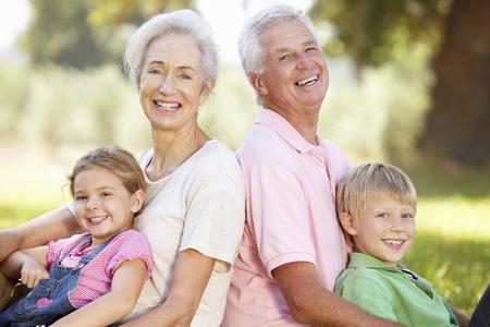 Prarodiče s vnoučaty v zemi