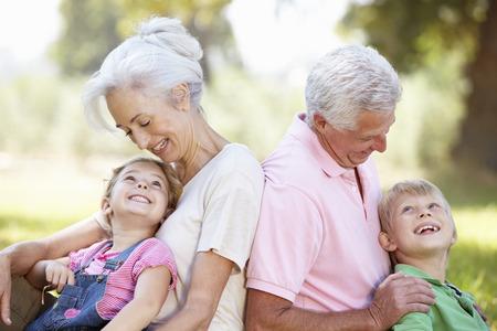 abuelitos: Abuelos con nietos en el pa�s Foto de archivo