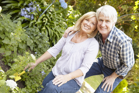 Senior paar tuinieren