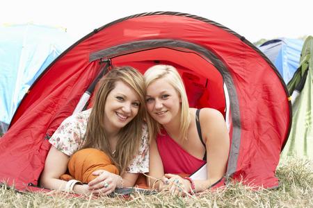 lesbianas: Amigos jovenes en viaje de campamento