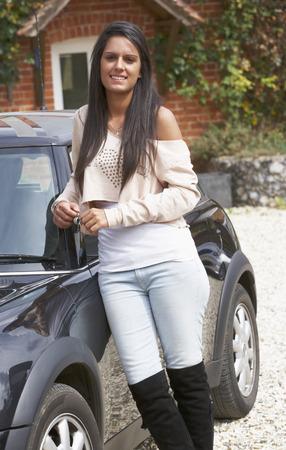 車を持つ若い女性 写真素材 - 33589811