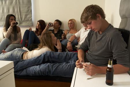 Teenageři pití a kouření Reklamní fotografie