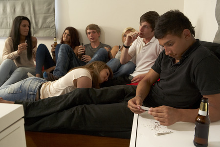 Tieners drinken en roken Stockfoto