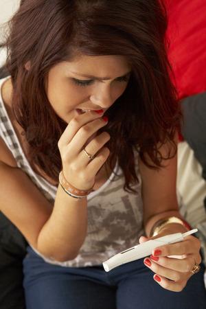 prueba de embarazo: Adolescente con la prueba de embarazo