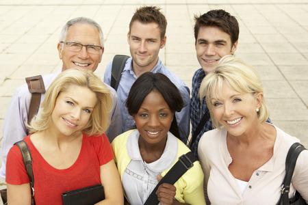 Gemischte Gruppe von Studenten außerhalb College