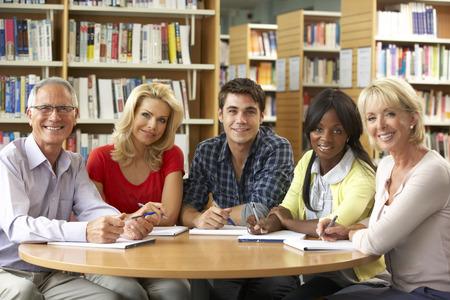 Gemengde groep studenten in de bibliotheek