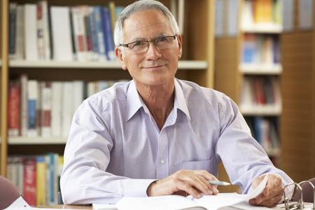 akademický: Senior student pracovat v knihovně