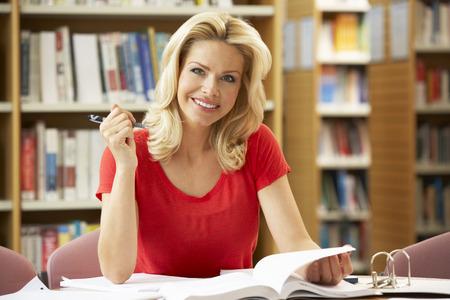 도서관에서 일하는 고위 학생 스톡 콘텐츠