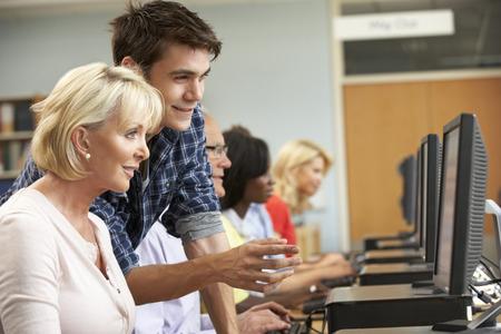 tutor: Los estudiantes trabajan en los ordenadores en la biblioteca
