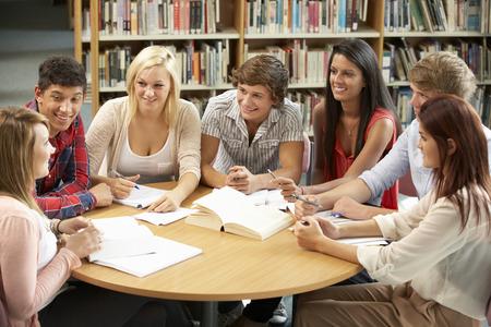 Los estudiantes que trabajan junto en biblioteca Foto de archivo - 33603791