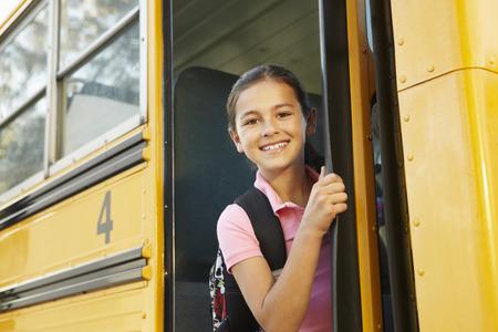 niño con mochila: Niña pre adolescente que consiguen en el autobús escolar Foto de archivo