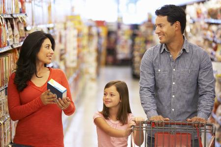 슈퍼마켓에있는 가족 쇼핑 스톡 콘텐츠